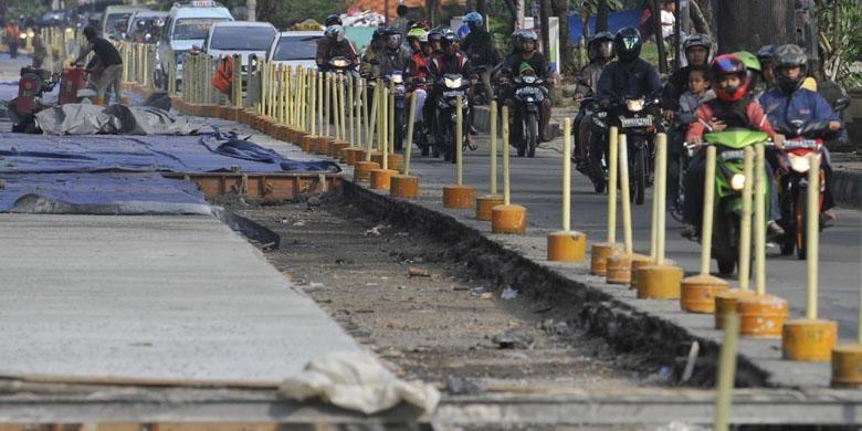 Pengerjaan proyek jalan beton di Jalan Mayjend DI Panjaitan, Jakarta Timur, Minggu (3/6/2012). Jalan dibeton karena konstruksi jalan lama dari aspal mudah rusak akibat beban berat kendaraan yang melintas.