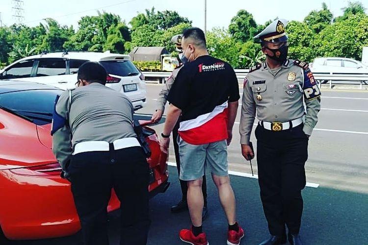 Pengendara Porsche yang ditilang karena ugal-ugalan di jalan tol oleh PJR Ditlantas Polda Metro Jaya