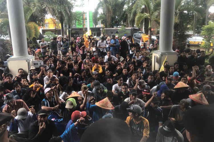 Para aktivis PMII Jember bersama petani saat melakukan aksi demonstrasi di gedung DPRD Jember