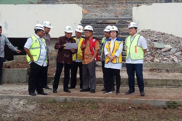 Jusuf Kalla (rompi merah) memberikan masukan terkait pembangunan arena equestrian atau olahraga berkuda Asian Games 2018 di kawasan Pulo Mas, Jakarta, Minggu (26/3/2017).
