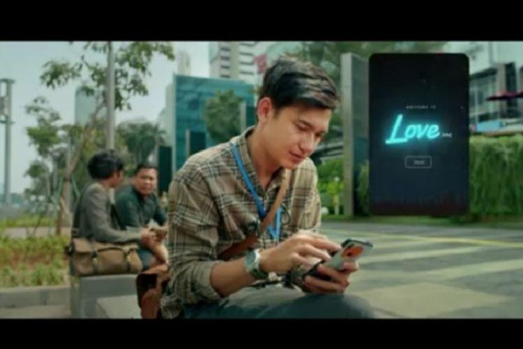 Potongan gambar dari video teaser film Love For Sale 2. Adipati Dolken ternyata berperan sebagai Ican yang akan ditemani Arini (Della Dartyan).
