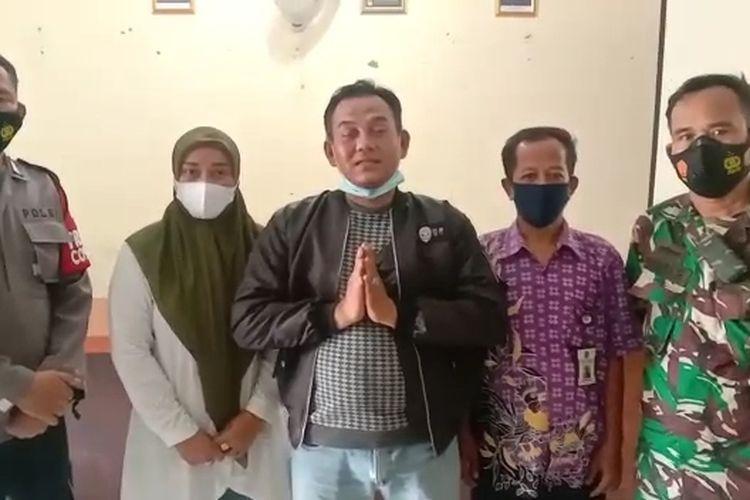 Tangkapan layar video permintaan maaf seorang warga yang memprotes suara toa masjid di kawasan Kelapa Dua, Tangerang.