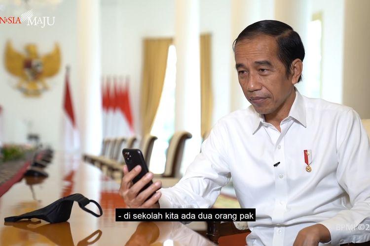 Presiden Joko Widodo berbincang dengan seorang guru asal Padang, Rika Susi Waty, melalui panggilan video dari Istana Kepresidenan, Bogor, Jumat (11/9/2020).