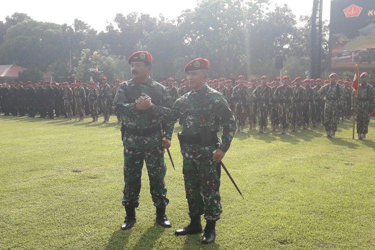 Panglima TNI Marsekal Hadi Tjahjanto melakukan salam komando bersama Komandan Komando Operasi Khusus TNI Brigjen TNI Rochadi selepas peresmian Koopssus TNI di Mabes TNI, Selasa (30/7/2019).