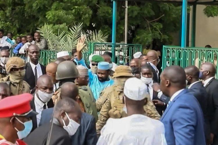 Foto dari video yang memperlihatkan Presiden interim Mali, Assimi Goita (tengah), melambaikan tangan kepada para pendukungnya setelah shalat Idul Adha di Masjid Besar Bamako, 20 Juli 2021. Goita lolos dari maut usai nyaris ditusuk oleh dua pria bersenjata, salah satunya membawa pisau.