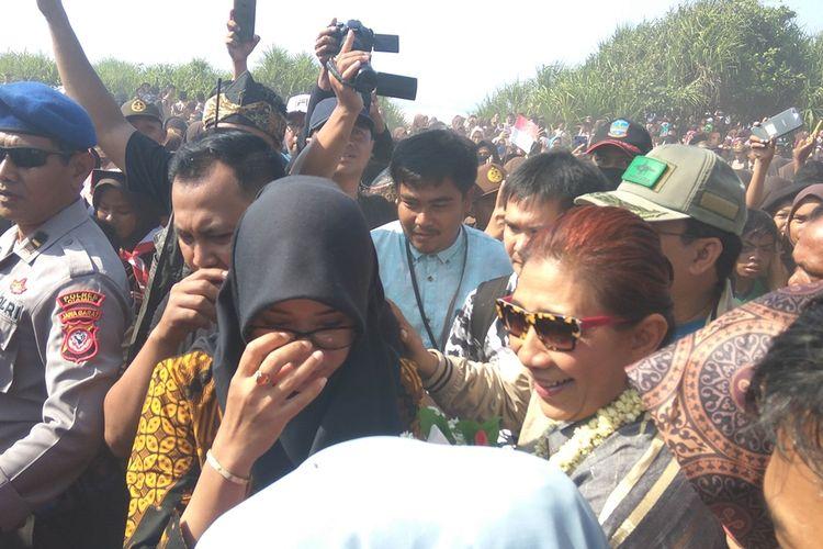 Masyarakat Pangandaran mengerumuni Susi Pudjiastuti yang baru tiba di landasan pacu Pamugaran, Sabtu (26/10/2019).
