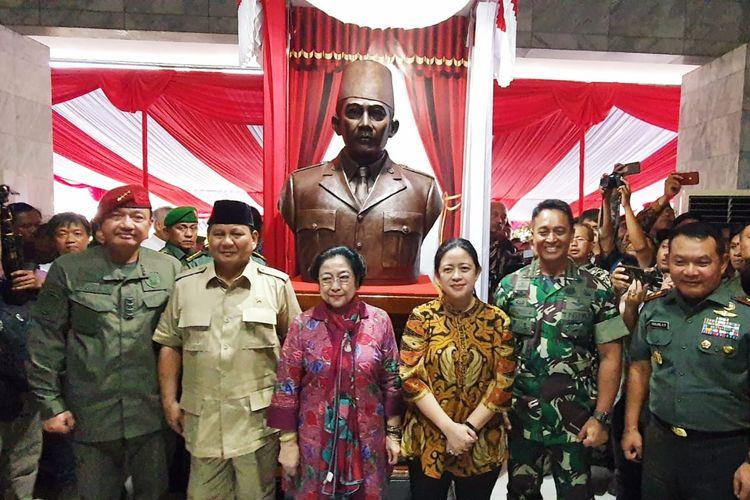 Ketua DPR Puan Maharani mendampingi mantan Presiden Ke-5 Republik Indonesia Megawati Soekarnoputri dalam peresmian Patung Bung Karno di kompleks Akademi Militer Magelang, Jawa Tengah, Jumat (7/2/2020).