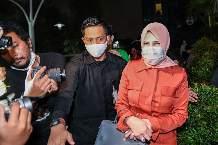 Istri mantan Sekretaris Mahkamah Agung (MA) Nurhadi, Tin Zuraida (kanan) berjalan meninggalkan ruangan usai menjalani pemeriksaan di gedung KPK, Jakarta, Senin (22/6/2020). TIn Zuraida diperiksa KPK sebagai saksi untuk tersangka Direktur Multicon Indrajaya Terminal (MIT), Hiendra Soenjoto dalam kasus dugaan suap gratifikasi pengurusan perkara di MA Tahun 2011-2016. ANTARA FOTO/M Risyal Hidayat/wsj.