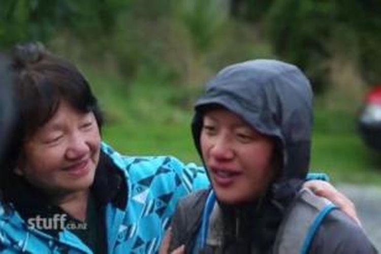 Susan O'Brien (kanan) saat bertemu kembali dengan keluarganya setelah tersesat di sebuah hutan di Selandia Baru.