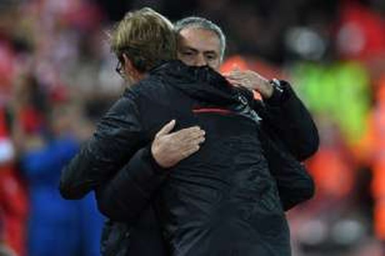 Jose Mourinho dan Juergen Klopp berpelukan jelang laga Liverpool vs Manchester United di Anfield pada 17 Oktober 2016.