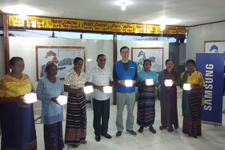 Vice President Samsung Electronics Indonesia Kanghyun Lee, saat menyerahkan bantuan lentera tenaga surya kepada Bupati Flores Timur Antonius Gege Hajon serta warga Pulau Solor di rumah jabatan Bupati Flores Timur, Rabu (25/4/2018).