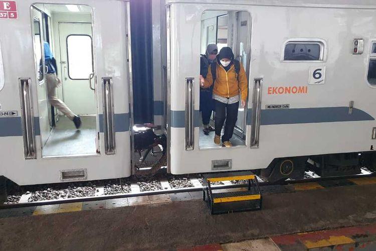 TURUN—Beberapa penumpang turun di Stasiun Madiun. Sebanyak 104 calon penumpang kereta api di wilayah Daop 7 Madiun gagal berangkat lantaran berkas tak lengkap atau tak lolos verifikasi selama pemberlakuan larangan mudik