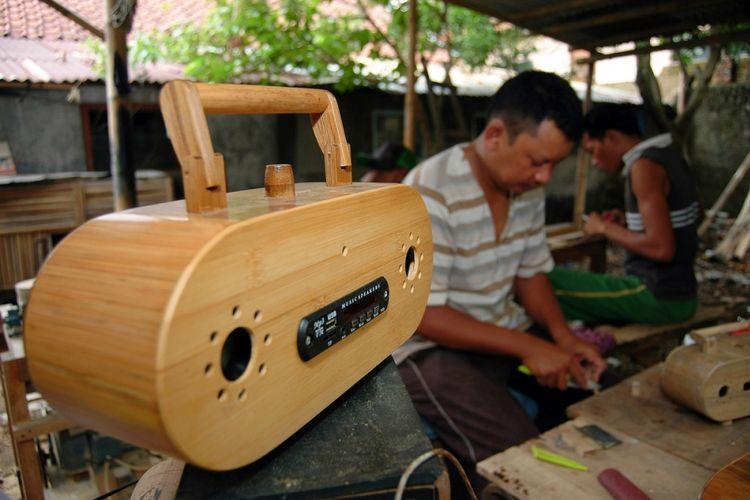 Pengrajin menyelesaikan pembuatan radio berbahan bambu di Galeri Bambootronic di Jalan Rante, Kelurahan Gunung Batu, Kecamatan Bogor Barat, Kota Bogor, Kamis (5/11/2015). Galeri Bambootronic juga membuat  Kerajinan jam gravitasi yang dibanderol dengan harga Rp 5 juta sampai Rp 15 juta dan sudah dipasarkan sampai ke mancanegara.