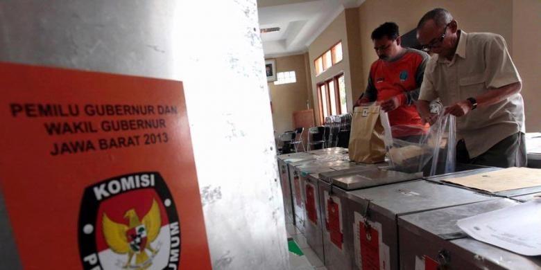 Ilustrasi: Petugas mengecek kelengkapan logistik untuk Pemilihan Gubernur Jawa Barat 2013 di Ruang Penyimpanan Logistik Panitia Pemungutan Suara (PPS) Kelurahan Tamansari di Kantor Kelurahan Tamansari, Kecamatan