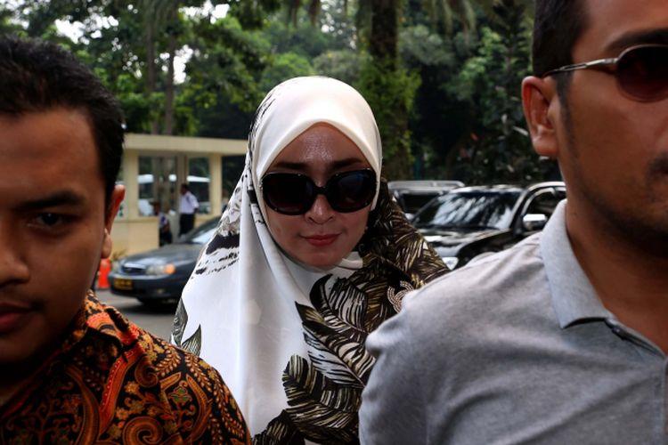 Firza Husein beserta pengacara Aziz Yanuar (kiri) tiba di Krimsus, Polda Metro Jaya, Jakarta, Selasa (16/5/2017). Firza terbelit kasus konten pornografi dalam percakapan via WhatsApp yang diduga melibatkan dirinya dengan pimpinan Front Pembela Islam (FPI) Rizieq Shihab. LikeShow more reactionsCom