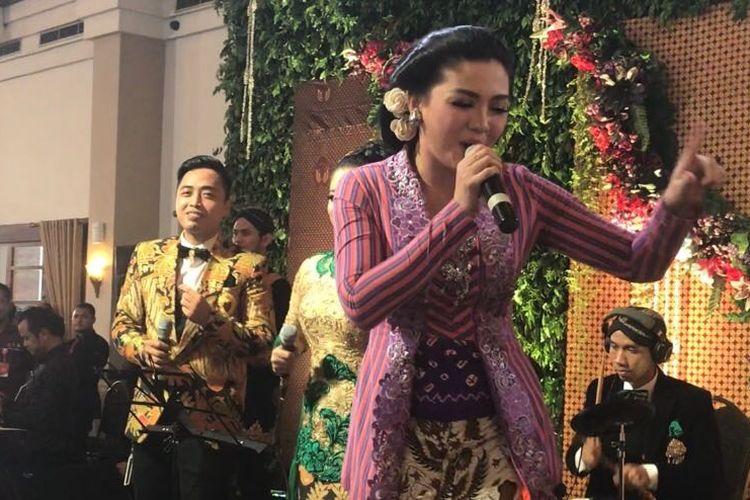 Penyanyi Vicky Shu memeriahkan resepsi Bobby Nasution-Kahiyang Ayu.