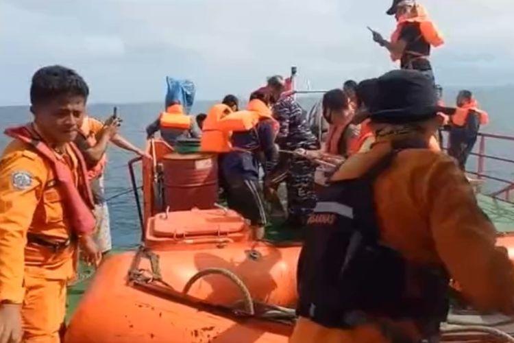 Tim SAR Gabungan terdiri dari Basarnas Nias, TNI Angkatan Laut, Polair Polres Nias, keluarga korban dan nelayan setempat, lakukan pencarian dan penyelamatan, tenggelamnya dua unit kapal nelayan, masing masing Kapal Motor Harapan Ku dan Kapal Motor Camar Laut, berserta tiga belas anak buah kapal hilang dan 1 selamat, diduga tenggelam dihantam gelombang tinggi saat melaut pada hari Senin (22/6/2020) lalu.