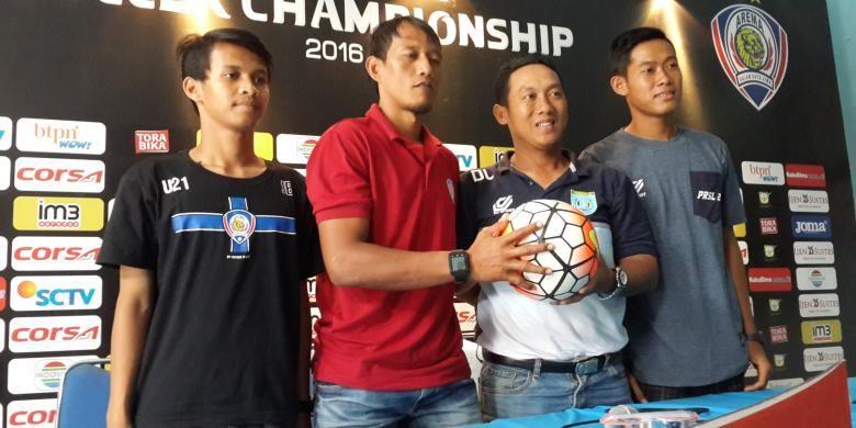 Asisten Pelatih Arema Cronus U-21, Bayu Cahyo (dua dari kiri) dan Pelatih Persela U-21 Didik Ludianto saat konferensi pers di Kantor Arema, Kamis (29/9/2016)