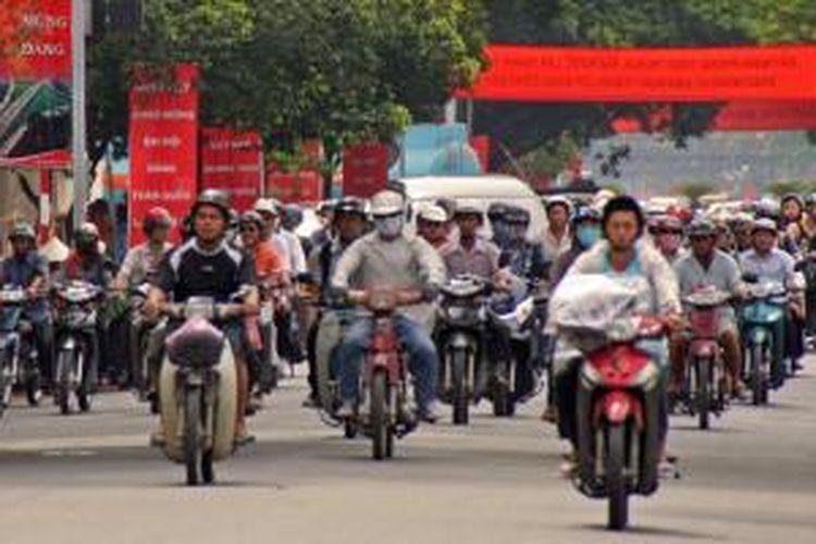 Sepeda motor jadi alat transportasi utama di Vietnam.
