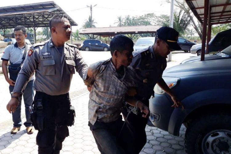 Polisi membawa pelaku pembacokan ke Mapolsek Pante Bidari, Aceh Timur, Selasa (6/2/2018).