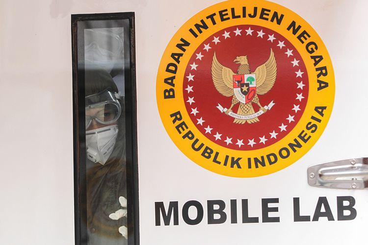 Petugas medis di mobile lab milik Badan Intelijen Negara saat rapid test covid-19 di Pasar Bogor, Senin (11/5/2020). Sebanyak 500 orang warga mengikuti rapid test ini guna mencegah penyebaran virus corona.