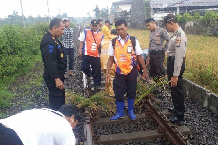 Petugas mendapati pemuda yang iseng meletakkan batu di atas rel. Perbuatan pemuda itu dinilai membahayakan perjalanan kereta api.