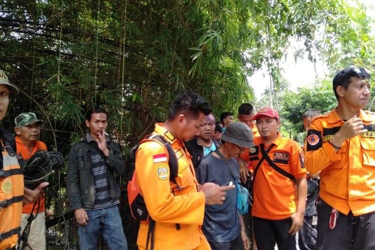 Petugas BPBD Kota Bogor bersama tim SAR gabungan sedang melakukan pencarian terhadap seorang santri yang hanyut di Kali Cisindangbarang, Loji, Bogor, Jawa Barat, Senin (20/1/2020).