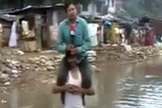 Laporkan Berita Sambil Digendong Korban Banjir, Wartawan India Dikecam