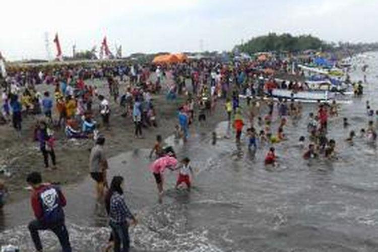 Warga memadati kawasan wisata Pantai Senggigi untuk merayakan lebaran ketupat