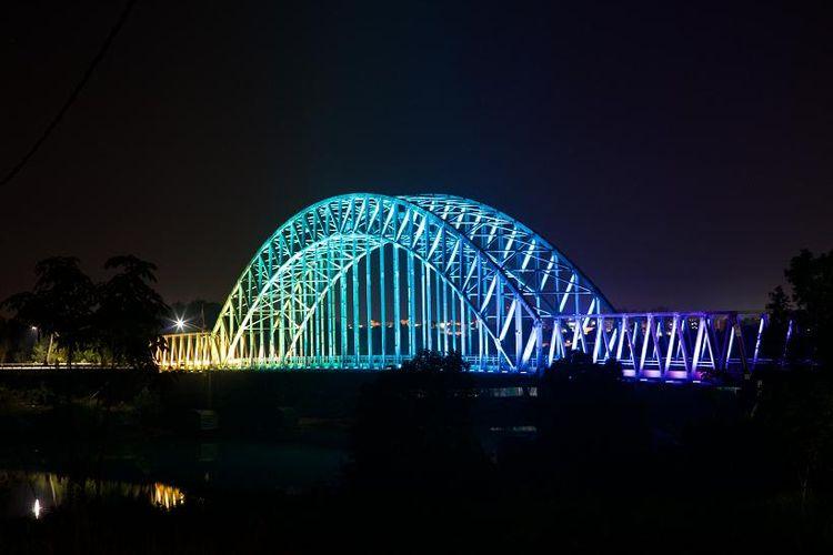 Jembatan Sei Carang di Tanjungpinang, Riau, diterangi menggunakan sistem Interact Landmark Signify untuk menciptakan pencahayaan dinamis.