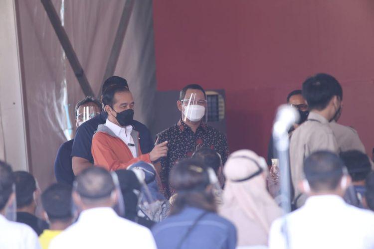 Wali Kota Semarang Hendrar Prihadi saat mendampingi Presiden Republik Indonesia (RI) Joko Widodo (Jokowi) dalam rangka meninjau proses vaksinasi di Pelabuhan Tanjung Emas, Jumat (11/6/2021).