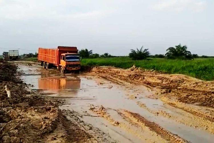 Kendaraan bertonase melintasi jalan yang rusak parah di Desa Sontang, Kecamatan Bonai Darussalam, Kabupaten Rohul, Riau, Rabu (5/8/2020).