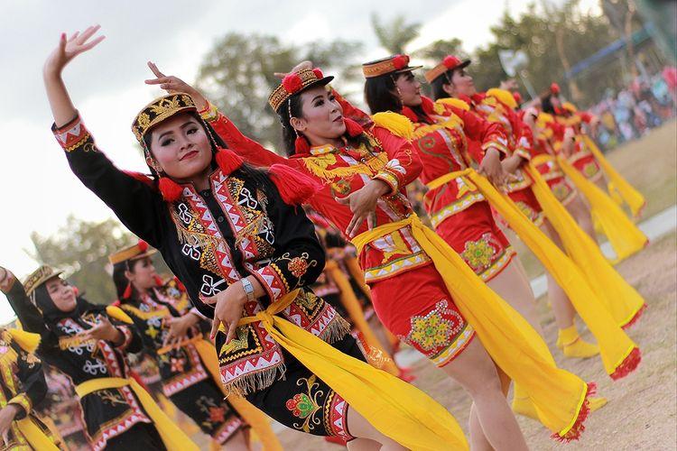 Para penari sedang melakukan Trai Dolalak, budaya khas Purworejo yang terinspirasi dari masa kolonial Belanda.