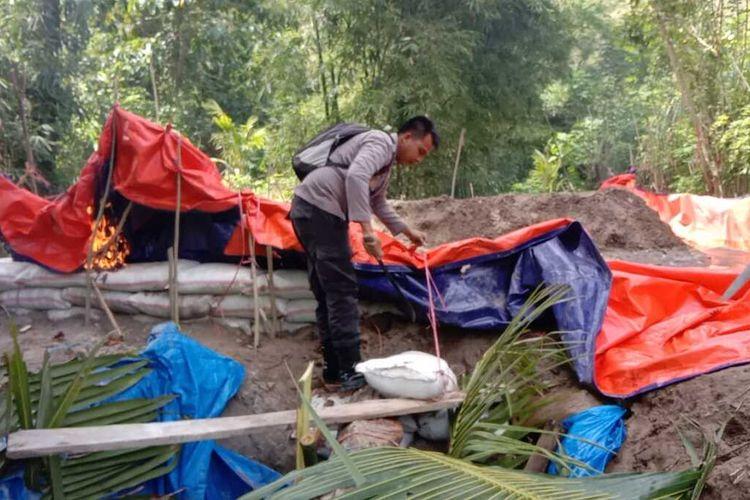 Polisi kembali memusnahkan 10 bak rendaman material emas milik penambang ilegal saat menyisir kawasan Gunung Botak di Pulau Buru, Maluku, Kamis (5/8/2021)