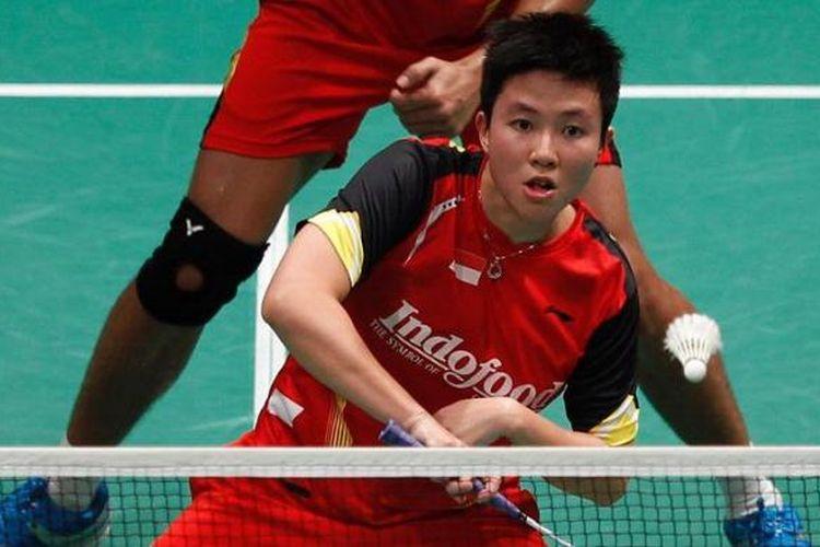 Pebulu tangkis Indonesia, Lilyana Natsir, mengembalikan serangan ganda China, Xu Chen/Ma Jin pada partai pertama perempat final Piala Sudirman, Kamis (23/5/2013). Tontowi Ahmad/Lilyana menang 21-18 14-21 21-16.