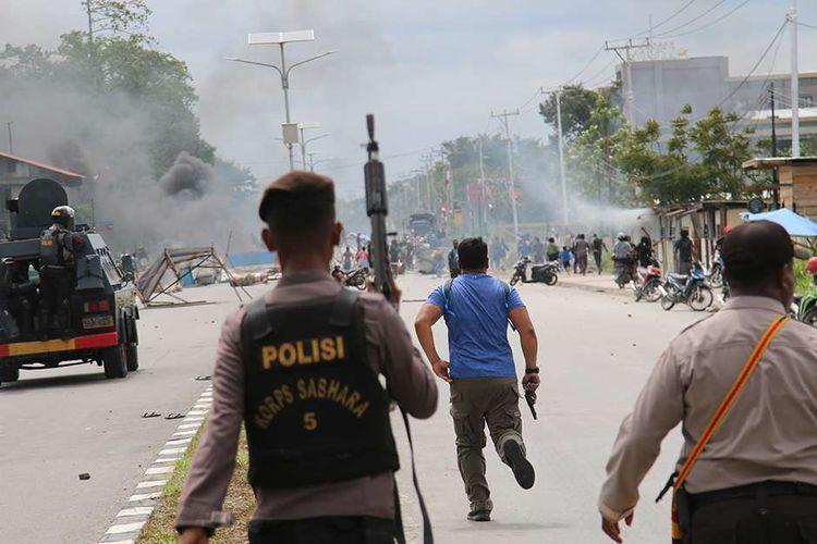 Polisi berupaya membubarkan pengunjuk rasa di Timika, Papua, Rabu (21/8/2019). Di Papua, aksi protes tindakan rasisme terhadap mahasiswa asal Papua yang terjadi di Surabaya, Jawa Timur, masih berlanjut di sejumlah daerah.