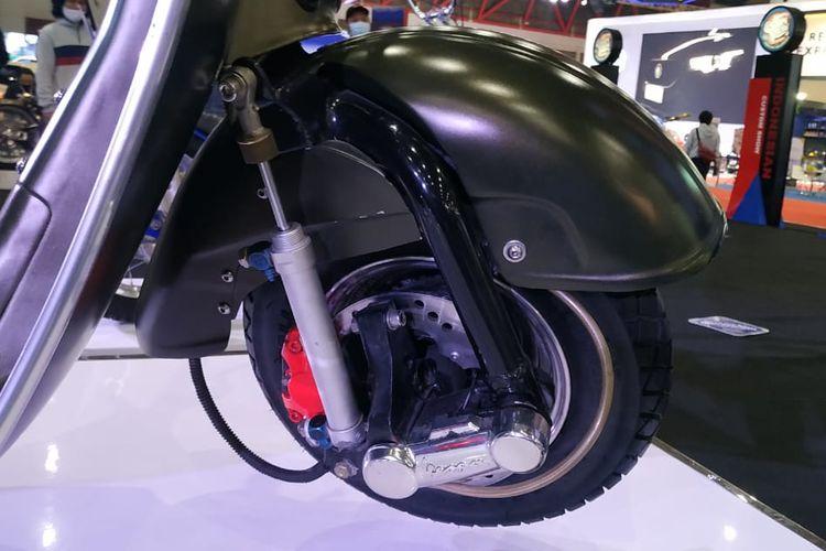 Vespa VBB 1962 garapan Kupu-kupu Malam yang dipajang di booth Indonesian Custom Show di Indonesia International Motor Show (IIMS) Hybrid 2021