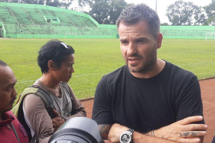 Pelatih Bhayangkara FC, Simon Mc Menemy usai latihan di Stadion Gajayana, Kota Malang, Senin (29/1/2018)