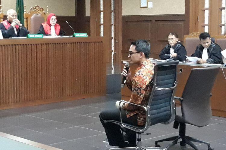 Gubernur Jambi Zumi Zola duduk di kursi terdakwa di Pengadilan Tipikor Jakarta, Senin (29/10/2018).