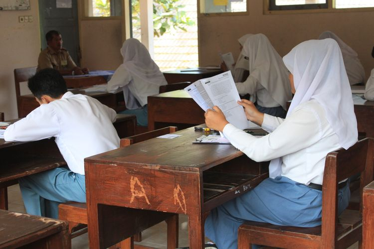 Ilustrasi siswa SMA mengerjakan UNKP.