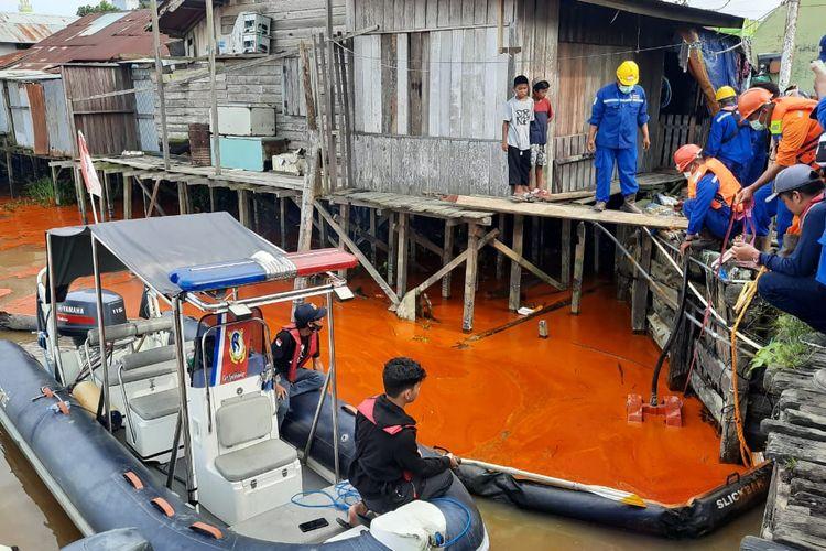 Tim Basarnas Kaltim ketika melakukan evakuasi di lokasi tumpahan minyak sawit di Simpang Pasir, Kecamatan Palaran, Samarinda, Kaltim, Sabtu (10/4/2021).