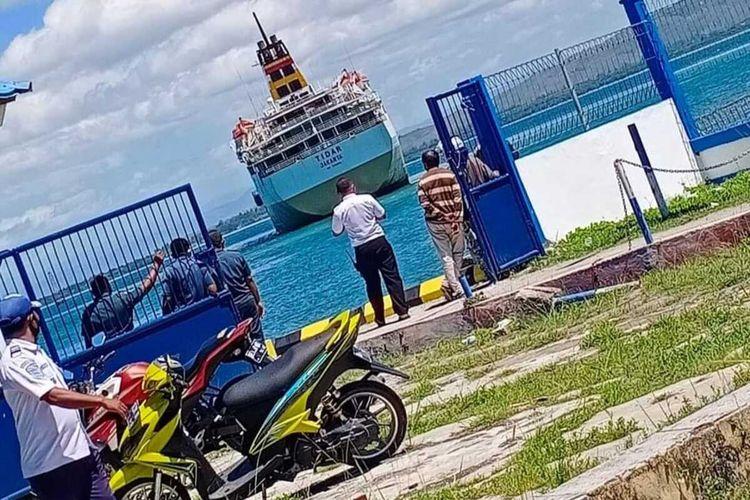 Kapal Motor (KM) Tidar kandas di sekitar Pelabuhan Namlea Kabupaten Buru, Maluku, Senin (26/7/2021)