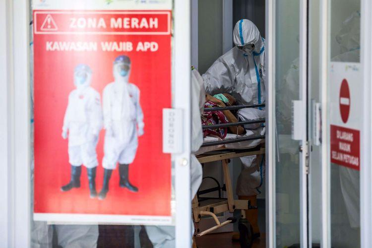 Petugas kesehatan membawa pasien COVID-19 keruangan zona merah di RS Pertamina Jaya, Jakarta Timur, Selasa (5/5/2020). RS Pertamina Jaya dikhususkan untuk menangani pasien virus corona dengan gejala berat dan dilengkapi dengan Command Center dimana 65 Rumah Sakit BUMN di seluruh Indonesia terkoneksi. Sedangan Hotel Patra Comfort sebagai Rumah Sakit Darurat Covid-19 disiagakan untuk menampung pasien corona.
