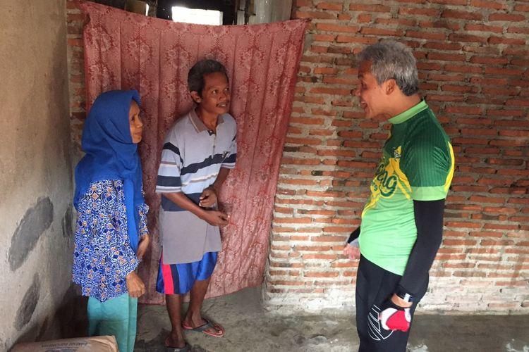 Gubernur Jawa Tengah Ganjar Pranowo mendatangi rumah warga miskin yang masuk dalam program RTLH di RT 04 RW 03 Kelurahan Kejambon, Kecamatan Tegal Timur, Tegal, Minggu (22/10/2017).