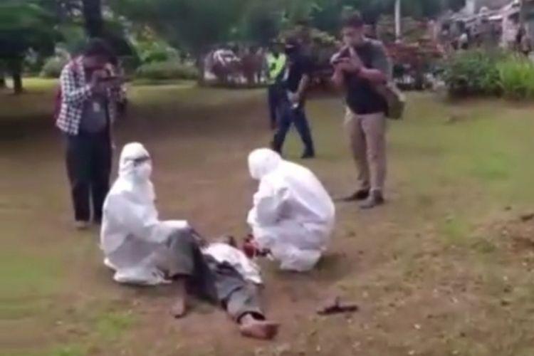 Seorang pria terkapar di sebuah taman, Jalan Dr. Sumarno, Cakung, Jakarta Timur, tepatnya di depan Kantor Wali Kota Jakarta Timur, Senin (30/3/2020).