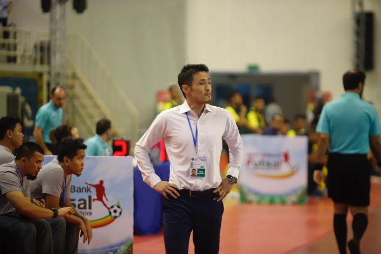Pelatih timnas futsal Indonesia, Kensuke Takahashi saat pertandinganAFF Futsal Championship melawan Malaysia yang dihelat pada Senin (21/10/2019).