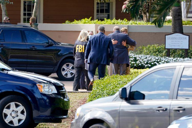 Aparat penegak hukum berkumpul di dekat lokasi di mana dua agen FBI terbunuh di Florida, AS, pada Selasa (2/2/2021).