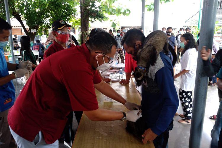 Petugas Sudin KPKP Jakarta Selatan memberikan vaksin gratis kepada binatang peliharaan warga, Sabtu (31/10/2020)