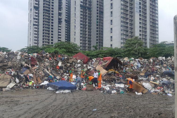 Tumpukkan sampah di dekat Daan Mogot City Apartemen, di Semanan, Kalideres, Jakbar, Rabu (8/1/2020)