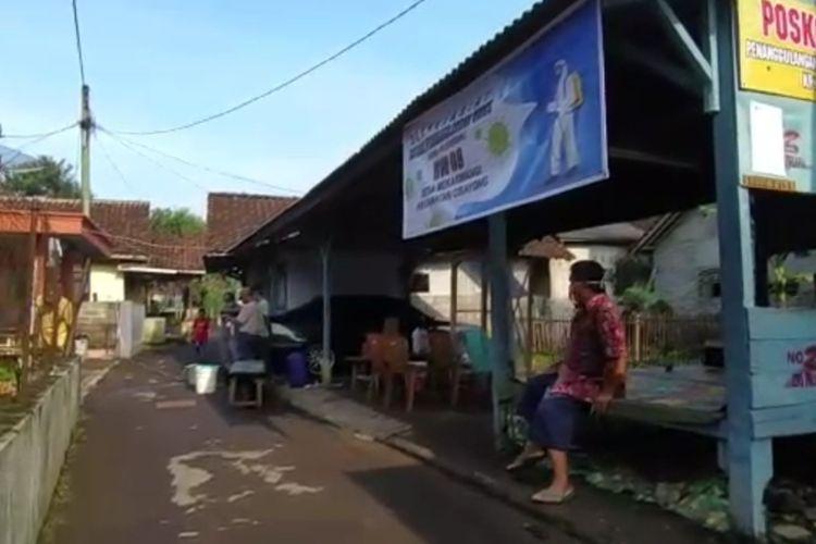 Warga Kampung Cidahu Kecamatan Cisayong Kabupaten Tasikmalaya membentuk satuan tugas (satgas) penanganan corona secara inisiatif masyarakat setempat, Senin (6/4/2020).